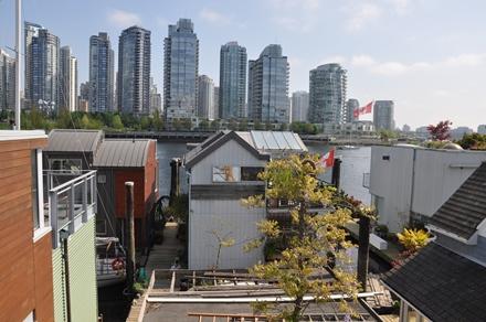 Kelluvia asuntoja Vancouverin rannassa. Tyynimeri ei jäädy, mutta oman haasteensa tässä asumismuodossa asettaa vuoroveden suuri vaihtelu.Photo © Matti Niiranen