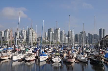 Vancouverin rantoja täyttävät lukuisat huvivenesatamat ja siluetin määräävät pilvenpiirtäjät ja vuoret.Photo © Matti Niiranen