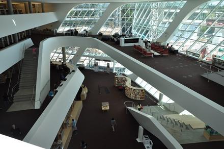 Moderni ja upouusi kaupunkilaisten olohuone/kirjasto Surreyn kaupungissa Vancouverin eteläpuolella. Tähänkin julkiseen rakennukseen on saatu rahoitusta tornitalon kaavaoikeuden myynnillä.Photo © Matti Niiranen