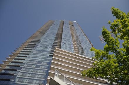 Shangri-La. Alimmat 15 kerrosta ovat hotellihuoneita, ylimmät 47 kerrosta ovat asuinhuoneistoja. Photo © Matti Niiranen