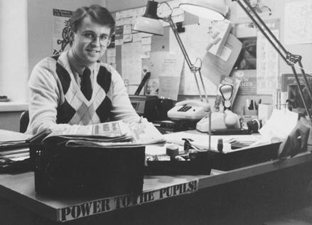 """Kaartinkaupungissa, Korkeavuorenkatu 25:ssä vuonna 1982. Koululaisjärjestöjen keskusliiton (KKL) pääsihteeri työhuoneessaan. """"Power to the pupils!"""" luki tuoreen ylioppilaan työpöydän kulmassa. Huomaa lankaluurit ja IBM:n pallokirjoituskone, joka oli tuolloin uusinta uutta."""