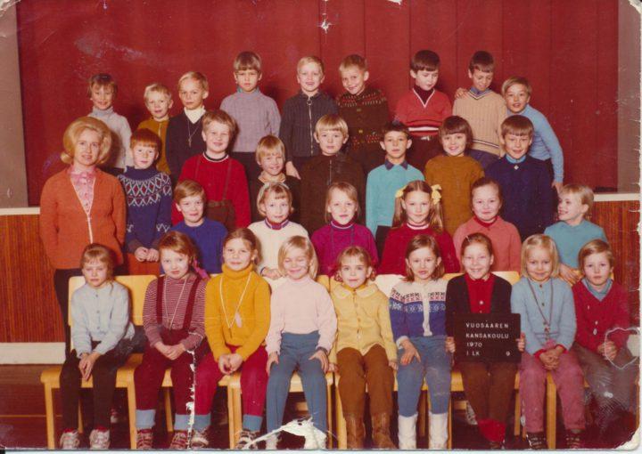 Vuosaaressa vuonna 1969. Koulutieni alkoi Vuosaaren kansakoulussa Kallvikintien varrella syksyllä 1969. Opettajatar kauniissa kampauksessaan on Kaija Vuoksio. Minä kolmannessa rivissä toinen oikealta.