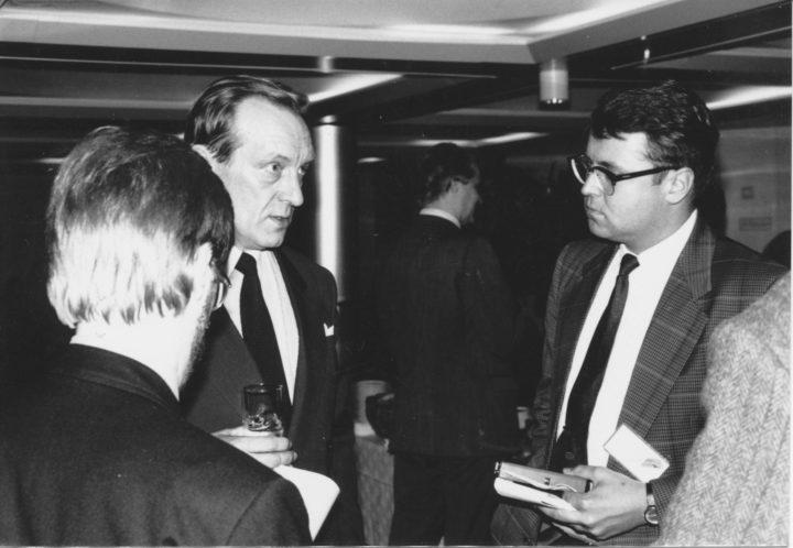 Kansakoulukujalla, Kampissa, työhuoneeni oli vuodet 1987-94, jolloin työskentelin politiikan toimittajana. Tässä Nykypäivän haastateltavana pääministeri Harri Holkeri vuonna 1989, selin toimittaja Pekka Ervasti, joka on nykyisin Ylen palveluksessa. Kuva © Matti Niirasen arkisto.