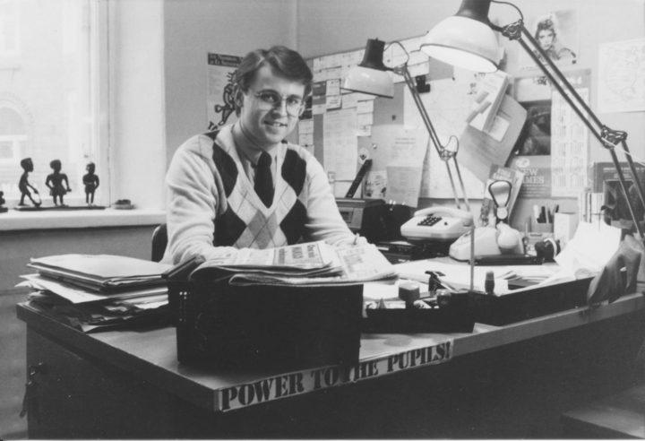 """Kaartinkaupungissa, Korkeavuorenkatu 25:ssä vuonna 1982. Koululaisjärjestöjen keskusliiton (KKL) pääsihteeri työhuoneessaan. """"Power to the pupils!"""" luki tuoreen ylioppilaan työpöydän kulmassa. Huomaa lankaluurit ja IBM:n pallokirjoituskone, joka oli tuolloin uusinta uutta. Kuva © Matti Niirasen arkisto"""