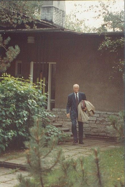 Lennart Meri lähdössä kotoaan Nõmmesta vaalikiertueelleen syyskuun 12. päivän aamuna1992. Photo© Matti Niiranen