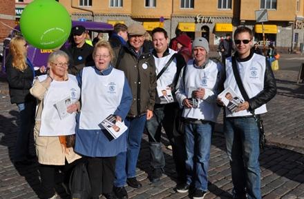 Matin tukiryhmäläisiä valmiina kampanjoimaan Hakaniemen sunnuntaimarkkinoilla.Kuva © Matti Niiranen