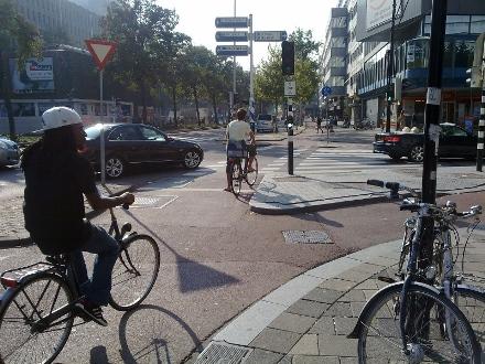 Näin liikenne sujuu parhaimmillaan kesäisessä Rotterdamissa, jonka keskusta on rakennettu suurelta osin sodan jälkeen. Kuva © MATTI NIIRANEN