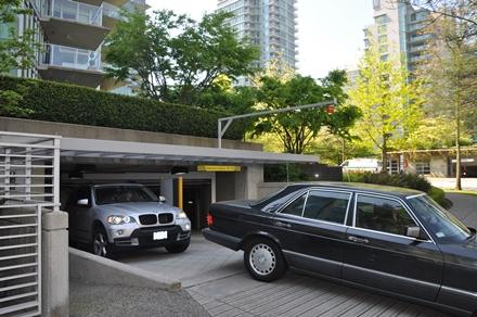 Asukaspysäköinti mitoitetaan siten, että rakennettavaa asuntoa on kohden onpitänyt toteuttaa 1-2 hallipaikkaa. Vancouverin katukuvassa autohallienulostulot näyttävät tältä. Photo © Matti Niiranen