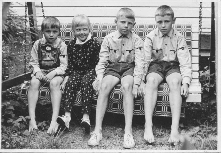 Keravalla vuonna 1967, mummolan pihakeinussa. Minä olen kuopus vasemmalla. Kuva © Matti Niirasen arkisto